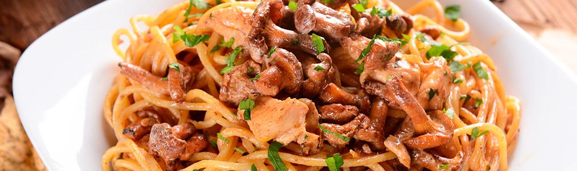 Espaguetis con pollo y champiñones a la salsa de nata y tomate Apis.